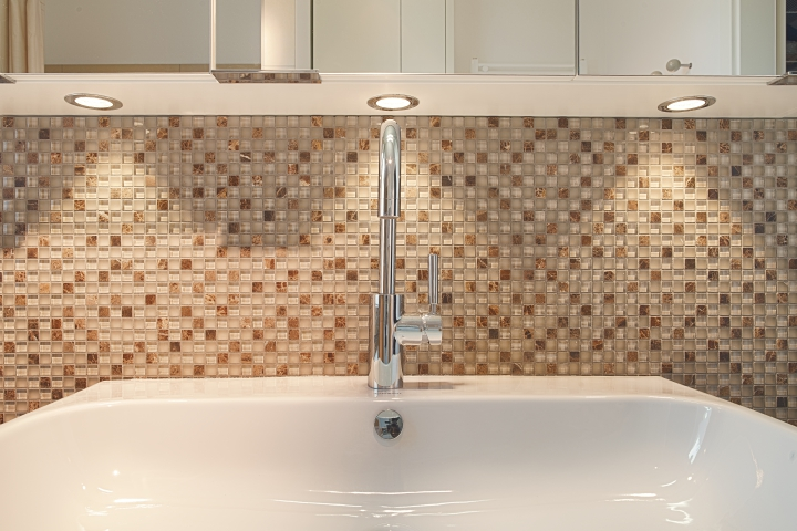 Bad in Etagenwohnung mit bodengleicher Dusche: Waschtisch
