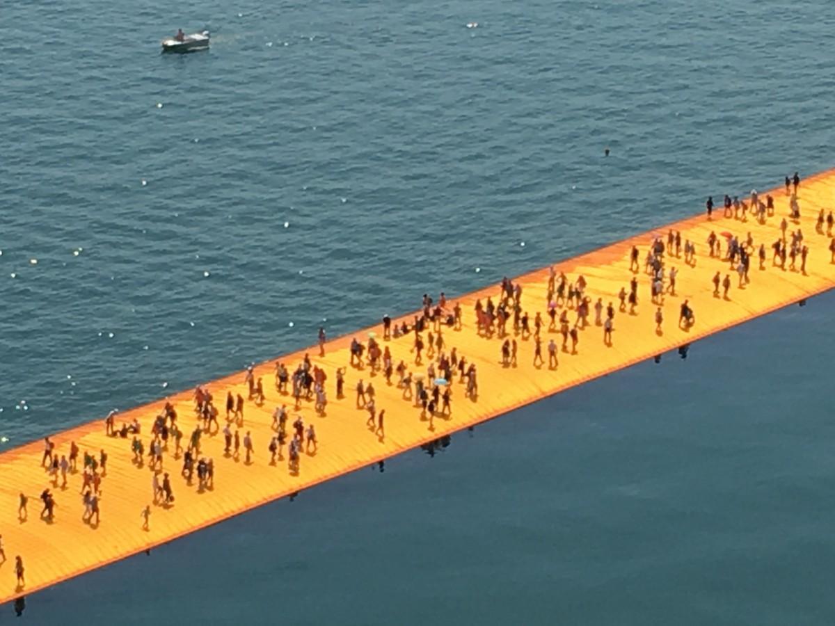Barfuß über die Floating Piers!